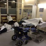 Wartende Patienten in der Green Area der Trauma Unit am Groote Schuur Hospital in Kapstadt